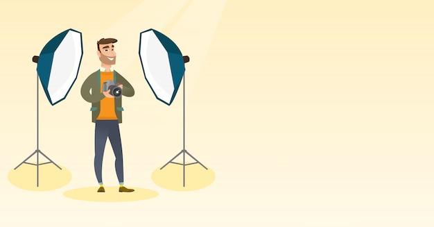 Fotograf z aparatem fotograficznym w studio fotograficznym.