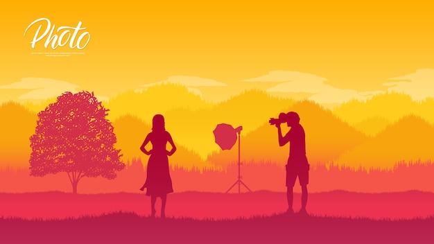 Fotograf z wyposażeniem wykonuje sesję zdjęciową z modelkami w naturze