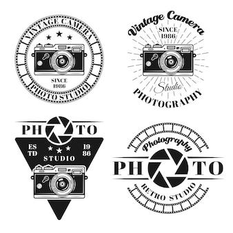 Fotografia i studio fotograficzne zestaw czterech wektorów emblematów, odznak, etykiet lub logo w stylu vintage monochromatyczne na białym tle