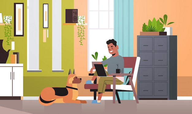Freelancer człowieka za pomocą laptopa pracującego w domu podczas koronarografii samoizolacji kwarantanny niezależny