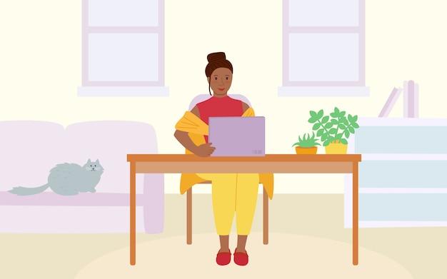 Freelancer dziewczyna z laptopem przy stołem. koncepcja pracy w domu. zatrzymaj epidemię i rozprzestrzenianie się wirusów