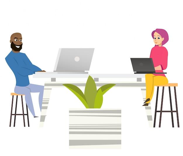 Freelancers mężczyzna kobieta siedzieć przy stole z laptopami