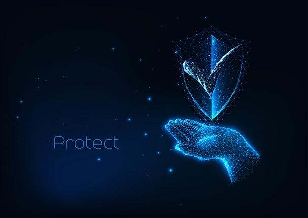 Futurystyczna koncepcja bezpieczeństwa cybernetycznego z blaskiem niskiej wielokątnej ręki trzymającej tarczę ochronną
