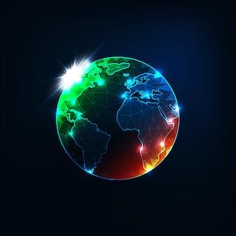 Futurystyczna świecąca niska wielokątna planeta ziemska mapa globu z pomarańczowymi i zielonymi plamami