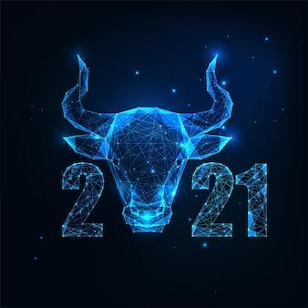 Futurystyczny chiński nowy rok z życzeniami szablon ze świecącym niskim wielokątnym znakiem horoskopu wół i liczbami na ciemnoniebieskim tle. nowoczesna konstrukcja siatki szkieletowej