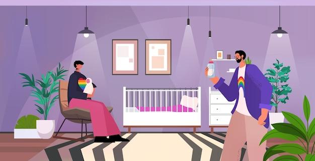 Geje rodzina karmienie noworodek ojcostwo transpłciowa miłość społeczność lgbt koncepcja sypialnia wnętrze poziome pełnej długości ilustracja wektorowa