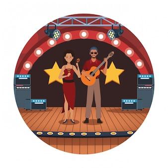 Gitarzysta i tancerz na scenie, zespół jazzowy