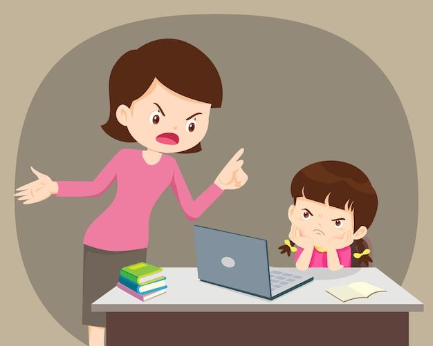 Gniewna matka i córka używa laptop w domu