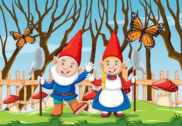 Gnom z czerwoną pieczarką i motylem w ogrodowej scenie