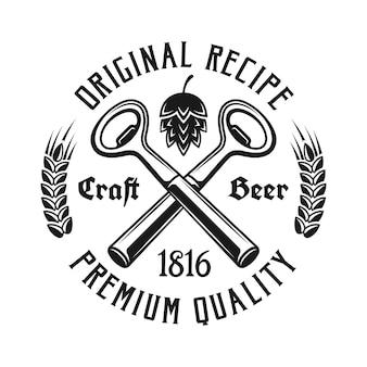 Godło piwa z dwoma skrzyżowanymi otwieraczami do butelek na białym tle