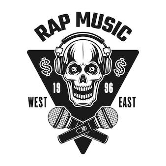 Godło wektor rap muzyka, odznaka, etykieta lub logo z czaszką w słuchawkach i skrzyżowanymi mikrofonami. vintage styl monochromatyczny ilustracja na białym tle
