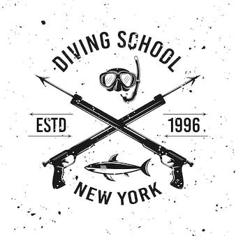 Godło wektor szkoły nurkowania z dwoma skrzyżowanymi włóczniami na tle z wymiennymi teksturami grunge