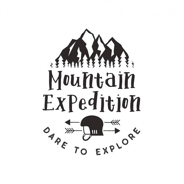 Górska etykieta ekspedycji z symbolami wspinaczkowymi i typem projektu - odważ się eksplorować. godło logo stylu vintage druki na białym tle