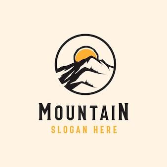 Górska przygoda i szablon logo na zewnątrz w stylu vintage.