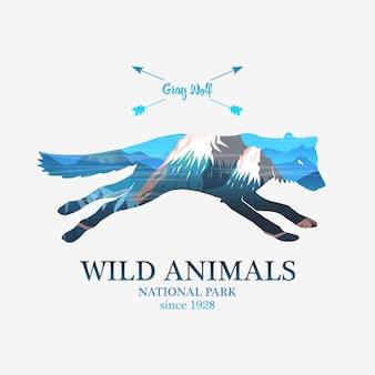 Góry i biegnący lis, sylwetka dzikie zwierzę. wielokrotna lub podwójna ekspozycja.