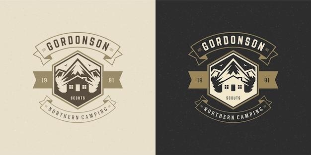 Góry logo godło przygoda na świeżym powietrzu camping wektor ilustracja sylwetki górskie i kabiny na koszulę lub stempel wydruku. projekt odznaki vintage typografii.