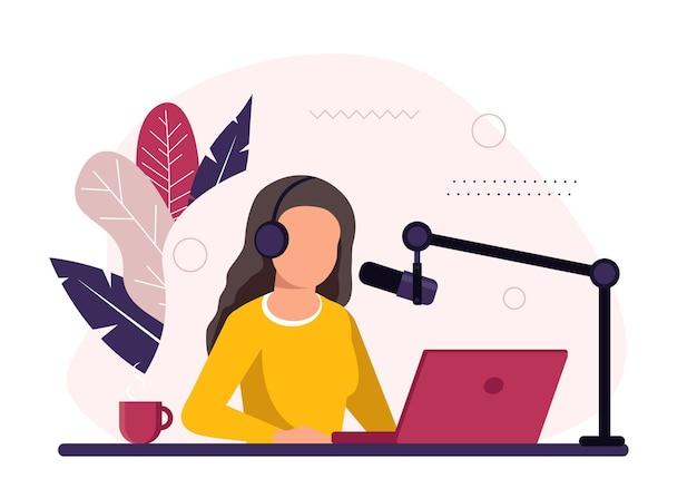 Gospodarz radiowy siedzi przed mikrofonem. młoda kobieta w zestawie słuchawkowym pracuje w studio radiowym
