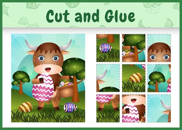 Gra planszowa dla dzieci wycinaj i przyklejaj wielkanocne motywy z uroczym bawołem trzymającym jajko w kształcie wiadra i pisankę