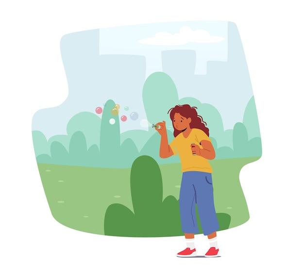 Gra wodna dla dzieci na letnie wakacje lub święta. mała dziewczynka cios baniek mydlanych w parku miejskim. dziecko bawiące się na ulicy