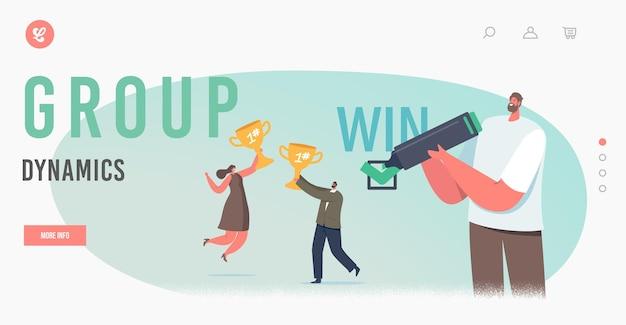 Group dynamics, rozwiązanie biznesowe dla szablonu strony docelowej korzyści. szczęśliwi biznesmeni znaków radujcie się złote kubki w rękach, człowiek podpisując wygrać kontrakt. ilustracja wektorowa kreskówka ludzie