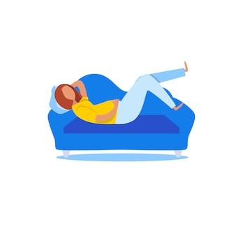 Gruba kobieta leży na kanapie