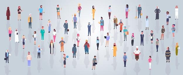 Grupa arabskich ludzi noszących tradycyjne stroje pełna długość arabski mężczyzna biznesu i kobieta tłum, muzułmańskich mężczyzn i kobiet