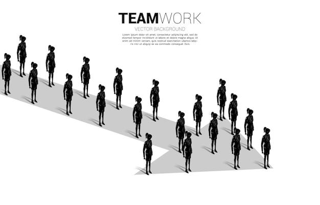 Grupa bizneswomanów stojących razem kształt strzałka. koncepcja biznesowa misji firmy i pracy zespołowej.