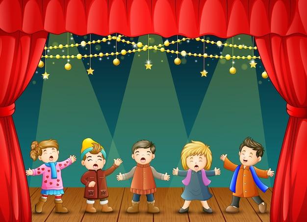 Grupa dzieci śpiewających na scenie
