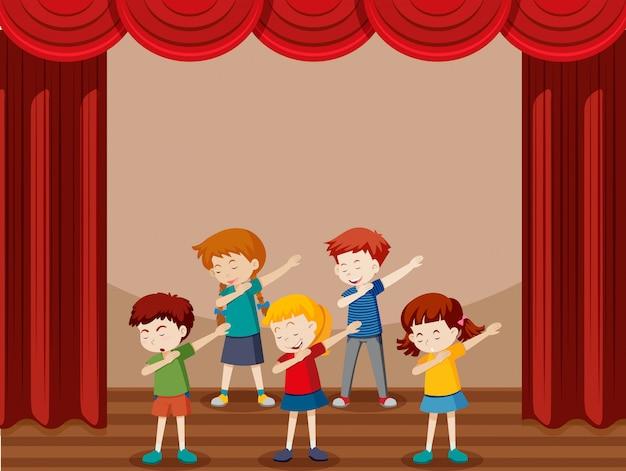 Grupa dzieci tańczących