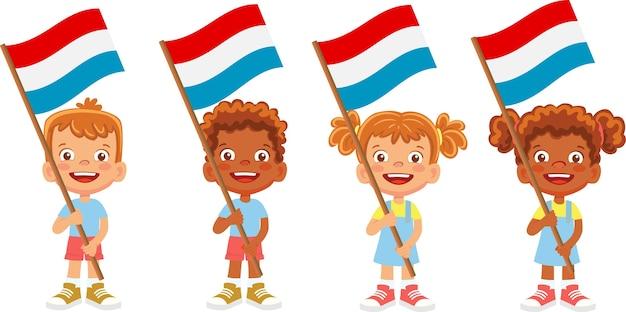 Grupa dzieci trzymając ich ilustracji flagi narodowej