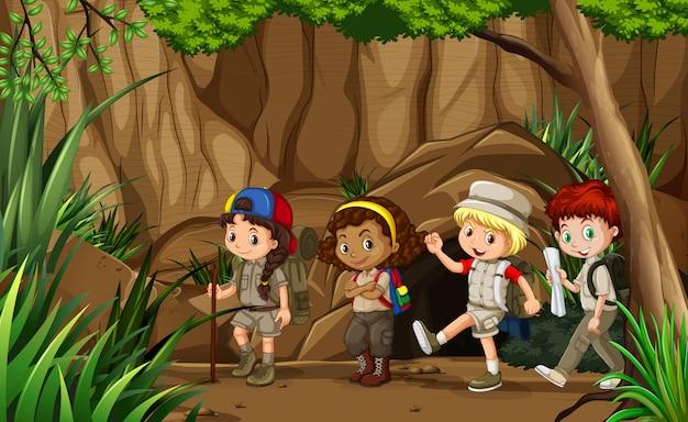 Grupa dzieciaków kempingowych