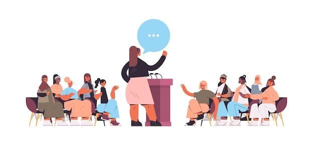 Grupa koleżanek rasy mix omawianie podczas spotkania w klubie kobiet dziewcząt wspierających się nawzajem czat bańka koncepcja komunikacji poziomej pełnej długości ilustracji wektorowych