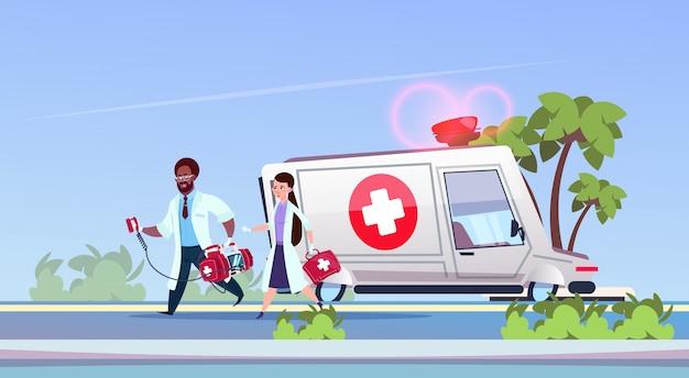 Grupa lekarzy paramedicc running