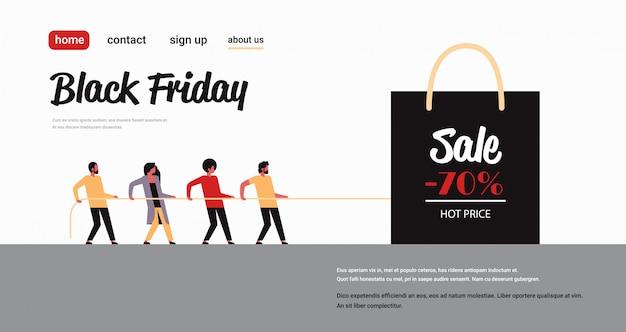 Grupa ludzi ciągnąca torbę na zakupy z dużym znakiem sprzedaży czarny piątek oferta specjalna super wyprzedaż promocyjna promocja na wakacje