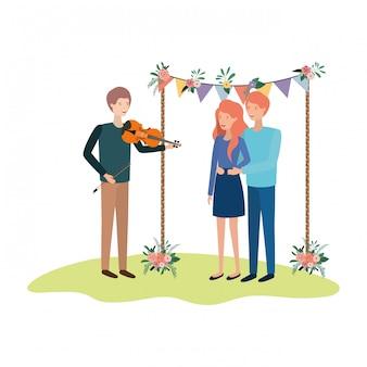 Grupa ludzi z instrumentem muzycznym