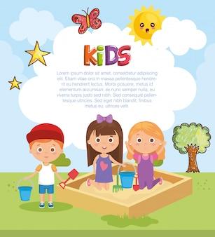 Grupa małych dzieci grając w parku
