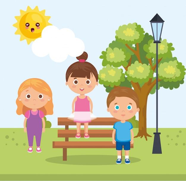Grupa małych dzieci w parku znaków