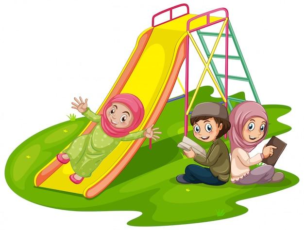 Grupa muzułmańskich dzieci na placu zabaw