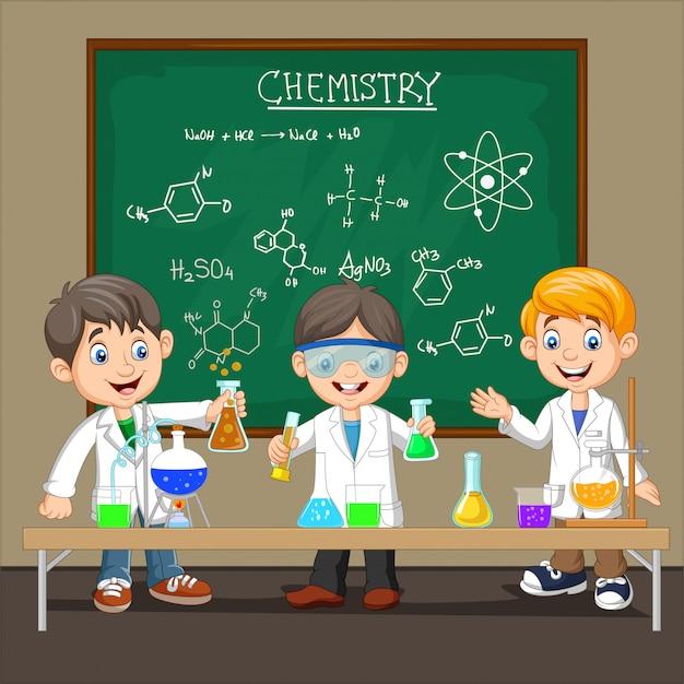 Grupa naukowca chłopiec robi eksperyment chemiczny