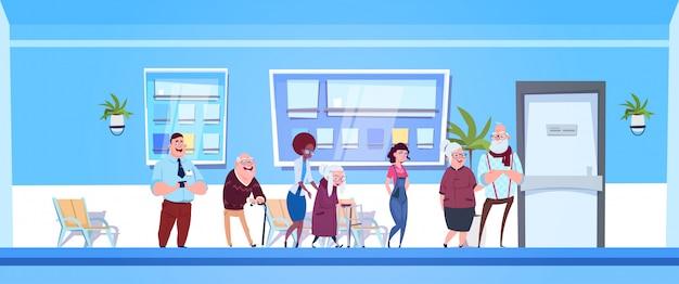 Grupa pacjentów stojących w kolejce do biura lekarzy