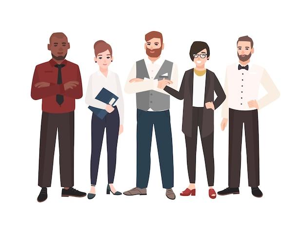 Grupa pracowników biurowych stojących razem. zespół szczęśliwych profesjonalistów płci męskiej i żeńskiej.