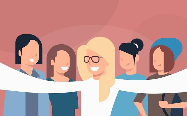 Grupa przyjaciół młodych ludzi biorąc selfie zdjęcie lub autoportret