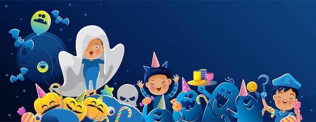 Grupa radosnych dzieci w kostiumach na halloween, pozujących razem na cmentarzach z dyniami.
