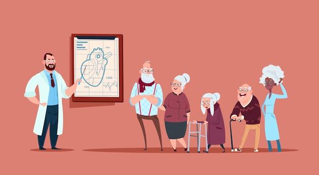 Grupa starszych ludzi na konsultacje z lekarzem, emeryci i renciści w koncepcji opieki zdrowotnej szpitala