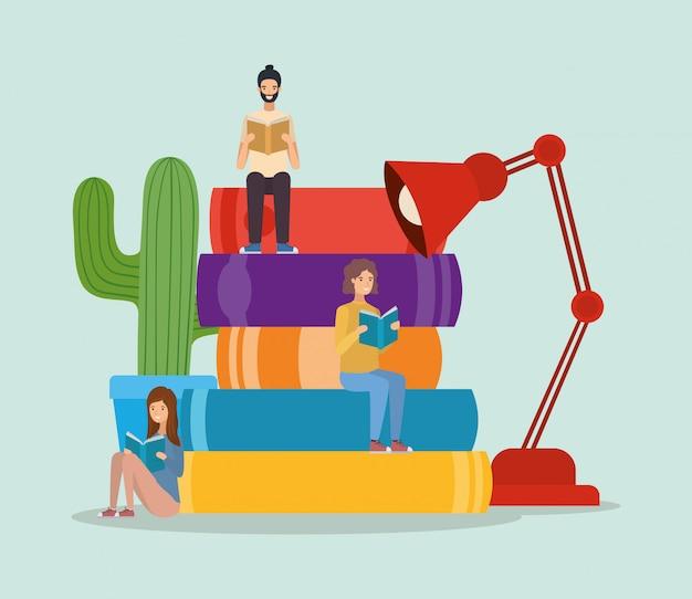 Grupa studentów czytających książki