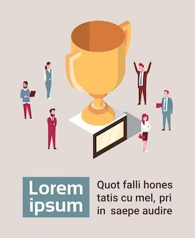 Grupa szczęśliwych ludzi biznesu nad golden cup team sukces koncepcji izometryczny