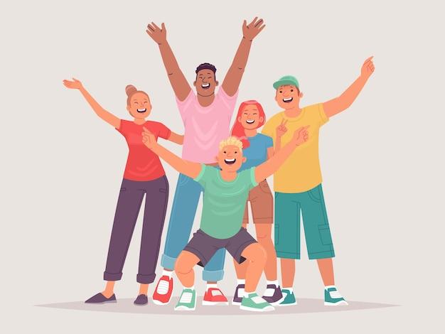 Grupa szczęśliwych przyjaciół wesołe dziewczyny chłopaki są szczęśliwe z rękami w górze radosne nastolatki przyjaźń