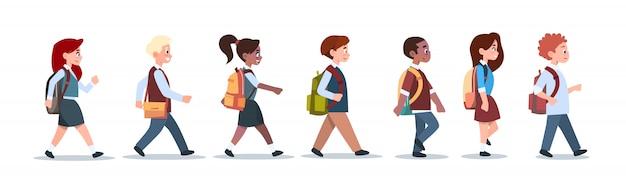Grupa uczniów mix race walking dzieci w wieku szkolnym isolated diverse small primary students
