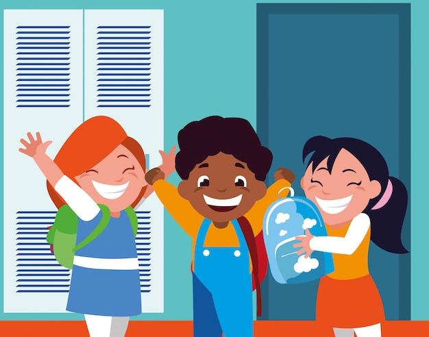 Grupa uczniów w szkolnym korytarzu z szafkami, powrót do szkoły