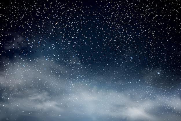 Gwiazdy na nocnym niebie. niebieskie ciemne nocne niebo z wieloma gwiazdami. świecące gwiazdy i chmury. tło